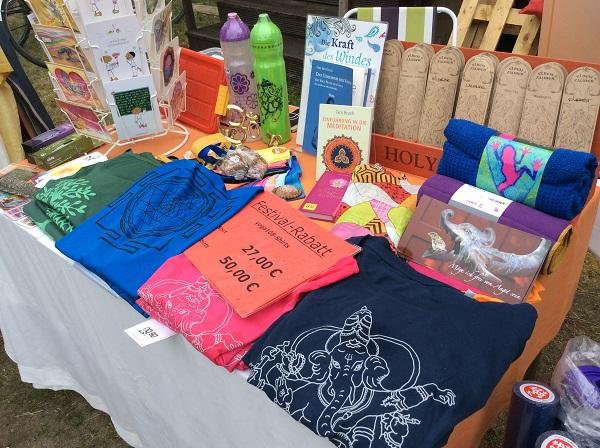 Unser süßer Stand mit yogischen Accessoires und Kleidung auf dem Amrita Yogafestival in Gosen