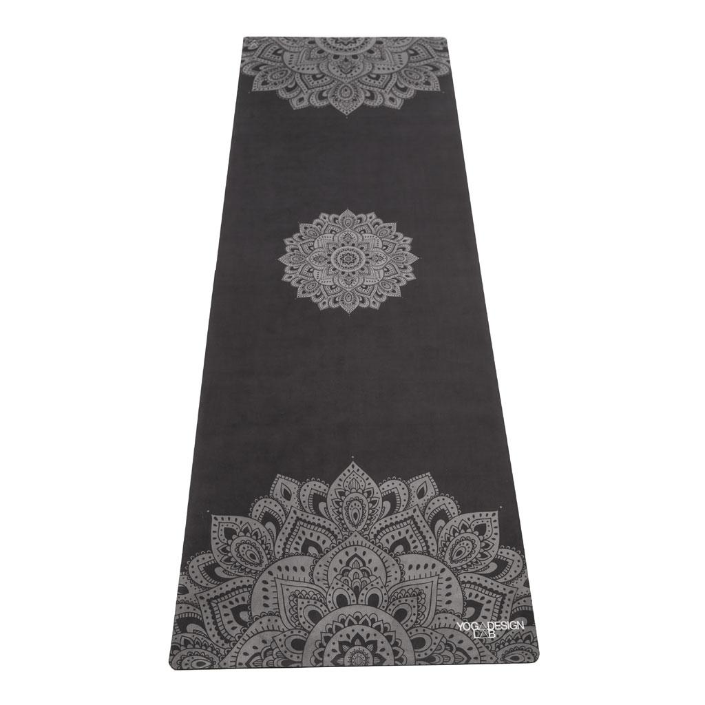 """Die 2in1-Reiseyogamatte (Matte und Handtuch in einem) im """"Mandala Black""""-Design"""